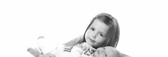 Newborn fotoshoot met zusje